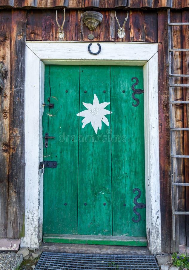 Staromodny drzwi halna buda w Alps fotografia royalty free