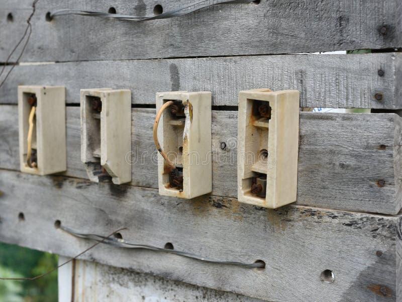 Staromodny elektryczny lont czopuje na drewnianej desce w Indiańskiej ulicie fotografia stock