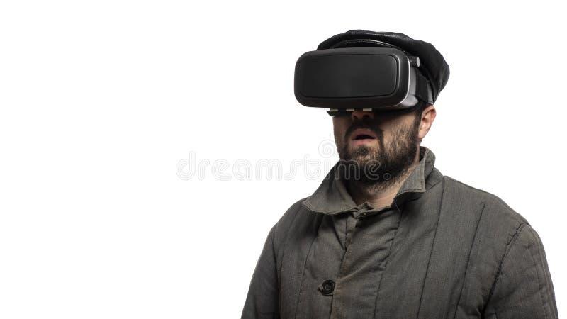 Staromodny mężczyzna rozwija rzeczywistości wirtualnej słuchawki na białym tle, studio strzał Komiczny styl obraz stock