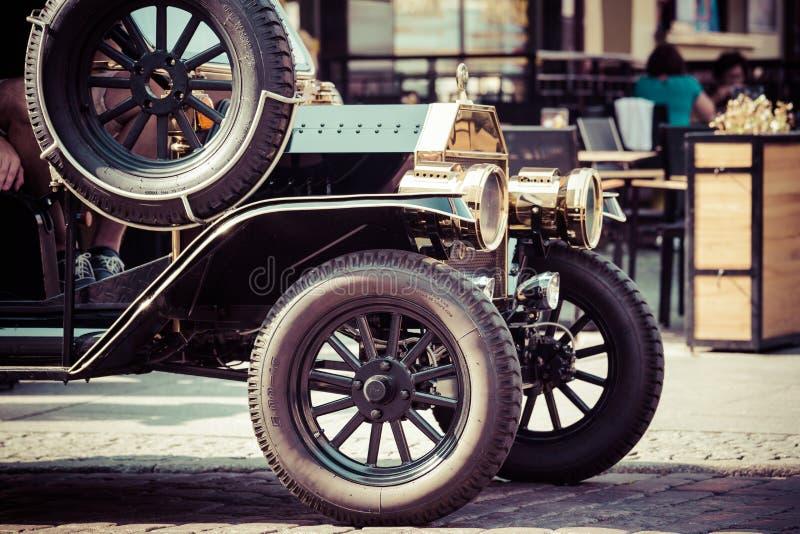 Staromodny samochód na ulicie Toruński, Polska obrazy stock