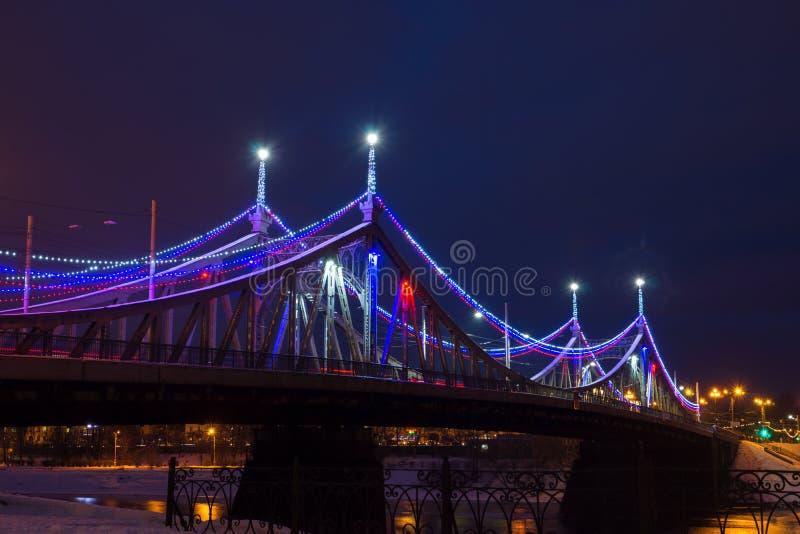 Starovolzhsky bro över floden med nattjullightin arkivfoton