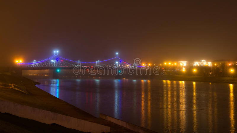 Starovolzhsky bro i dimma- och nattbelysning fotografering för bildbyråer