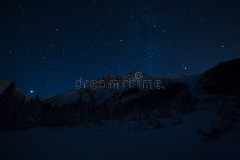starry bergnatt royaltyfria bilder