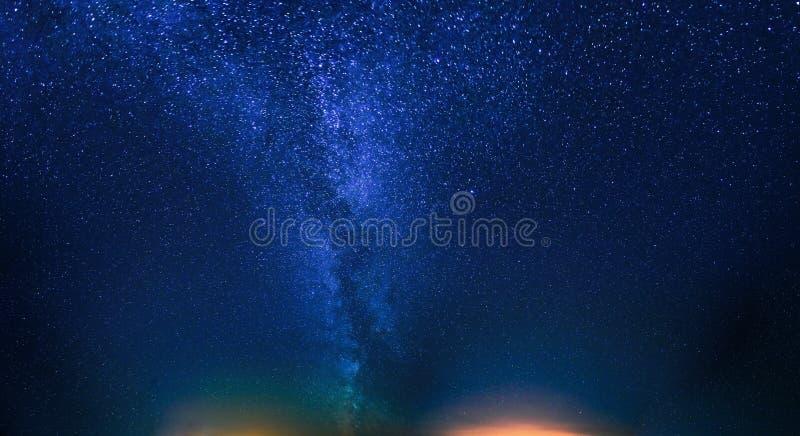 starry nattsky Naturlig bakgrund för natthimmel Sikt av att glöda arkivbilder