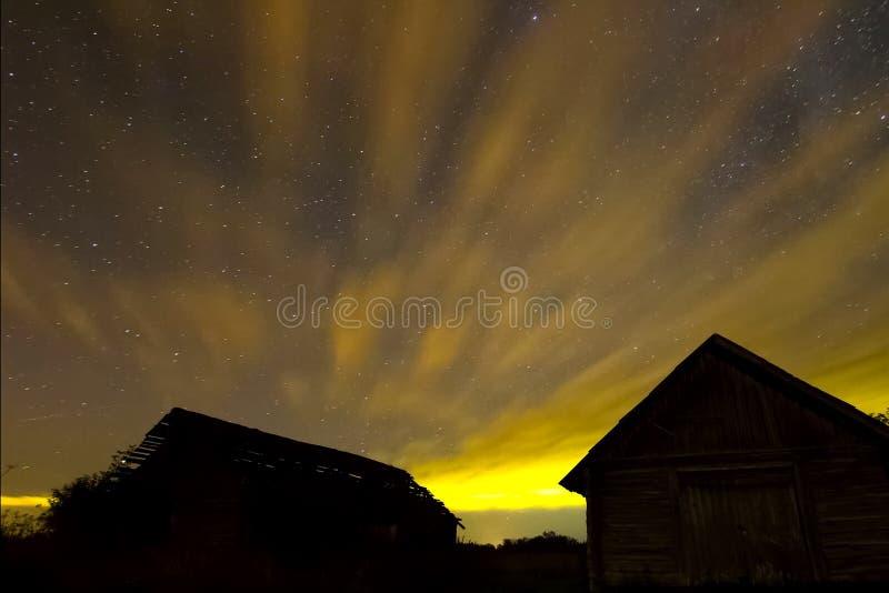 Starry sky över trähus i byn Bakgrundsbild av stjärnor i nattskyn och Milky Way royaltyfria bilder