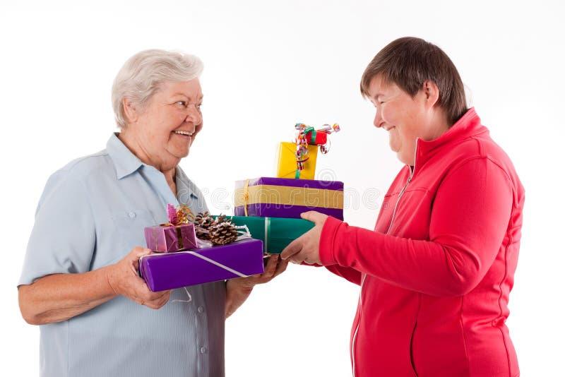 Starsi i umysłowi niepełnosprawni kobiety mienia prezenty zdjęcia stock