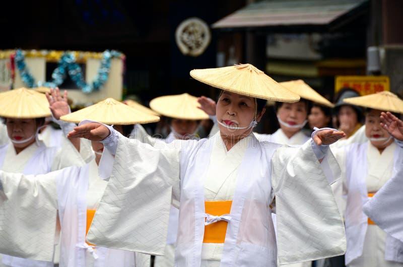 Starsi Japońscy ludowi tancerze w tradycyjnym odziewają