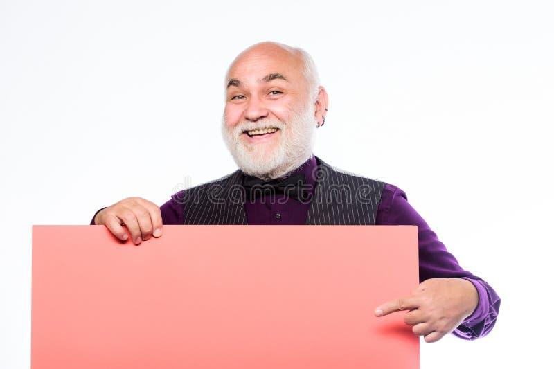 Starsi ludzi Obsługuje śmiałego głowy i szarości brody chwyta plakat dla reklamy kopii przestrzeni Seniorów sposoby doświadczając fotografia stock