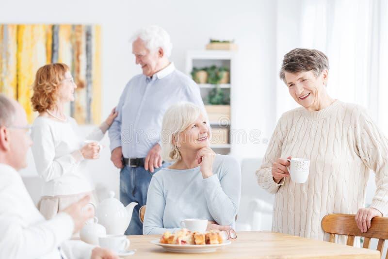 Starsi ludzie spotkań obrazy royalty free