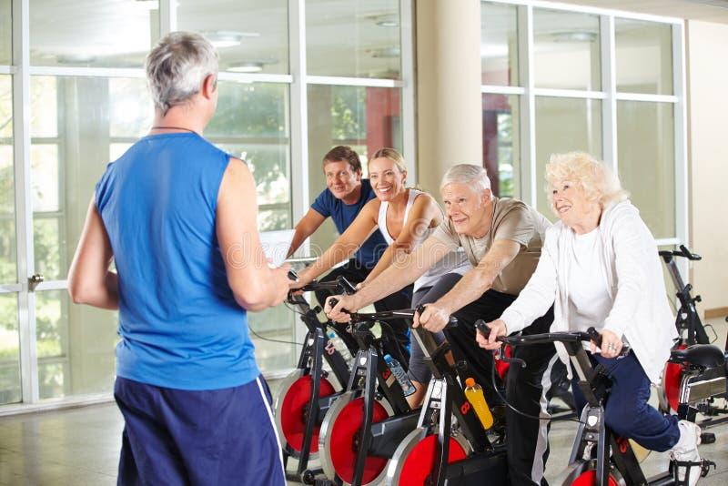 Starsi ludzie w rehab opieki centrum z instruktorem fotografia royalty free