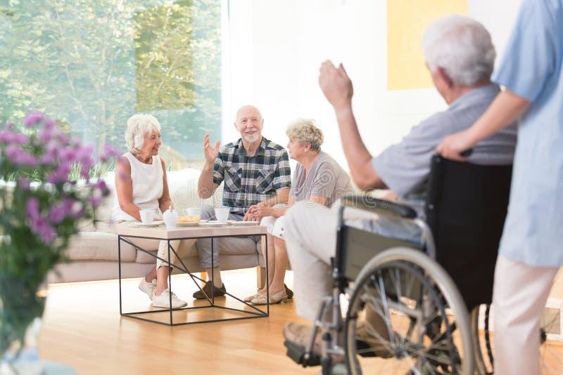Starsi ludzie wita przyjaciela obraz royalty free