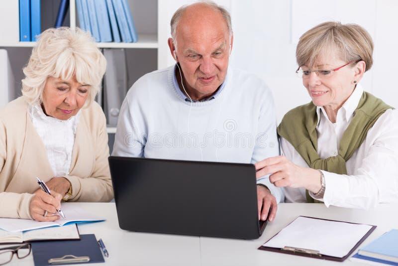 Starsi ludzie z laptopem obraz royalty free
