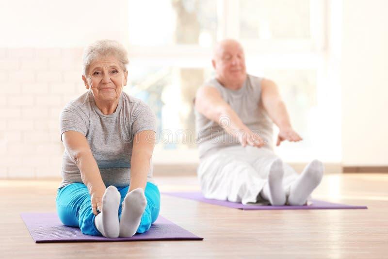 Starsi pacjenci trenuje w centrum rehabilitacji zdjęcie royalty free