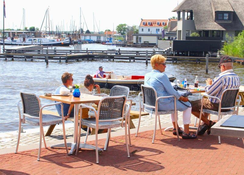Starsi pary kawiarni młodzi ludzie piją jezioro, Loosdrecht, holandie obraz stock