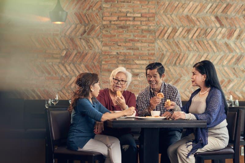 Starsi przyjaciele w restauraci fotografia stock