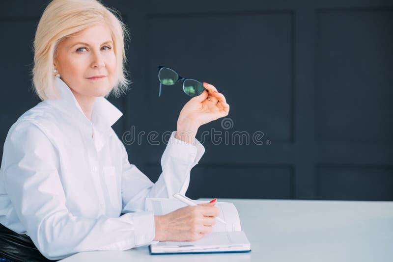 Starsza żeńska dnia planisty kontemplacji analiza obraz stock
