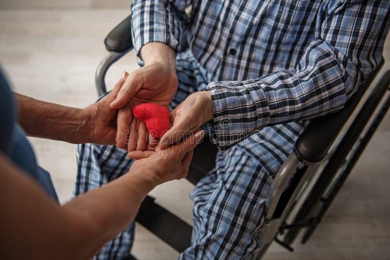 Starsza żona bierze opiekę jej chory mąż zdjęcia royalty free