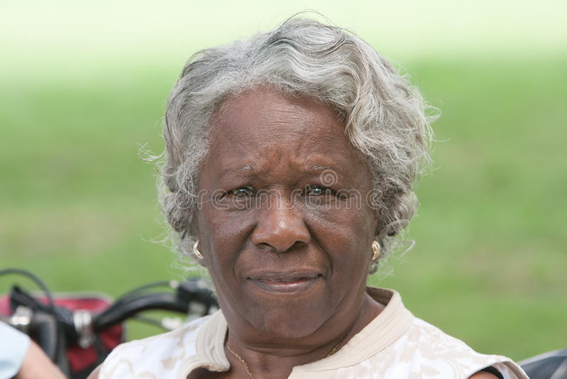 Starsza amerykanin afrykańskiego pochodzenia dama outside obrazy royalty free