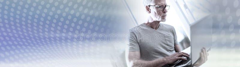 Starsza biznesmen pozycja, dzia?anie na jego laptopie i sztandar panoramiczny zdjęcia stock