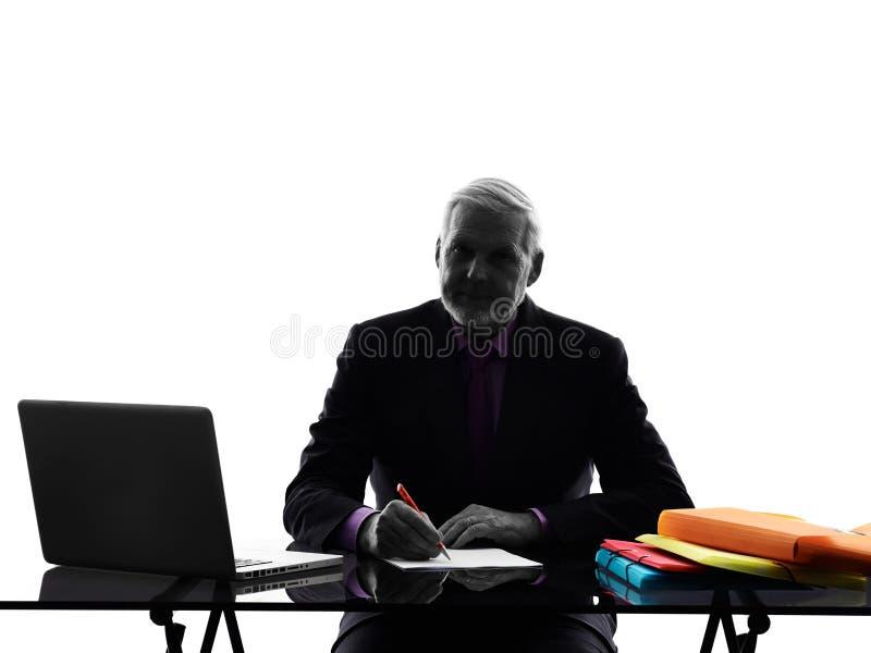 Starsza biznesowego mężczyzna ruchliwie pracująca sylwetka obraz stock