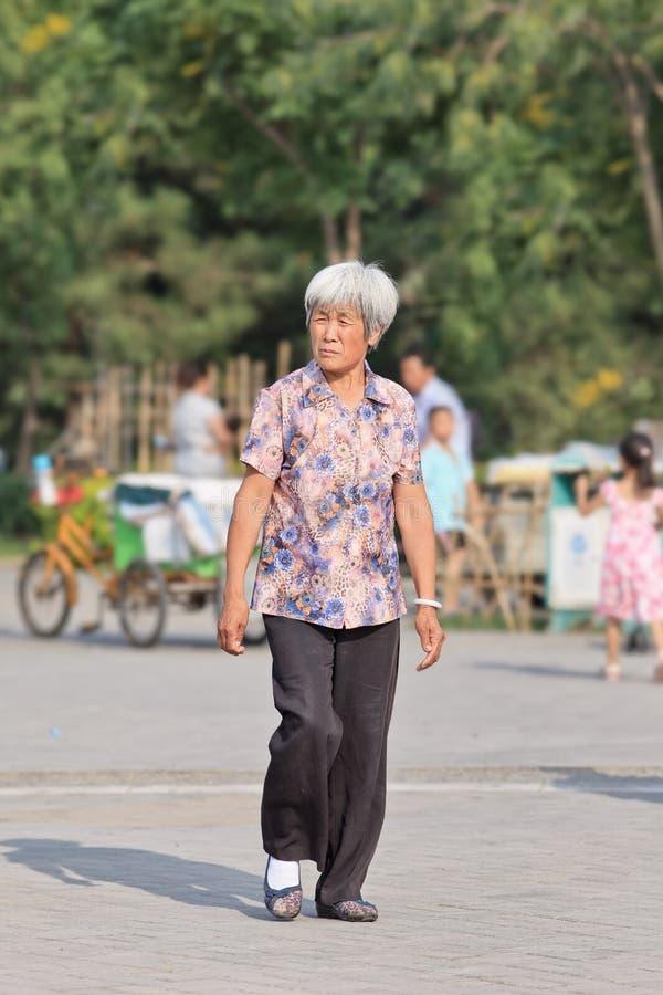 Starsza Chińska kobieta chodzi w parku na summerday, Pekin, Chiny fotografia stock