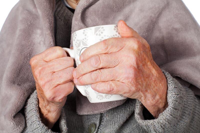 Starsza chora kobieta z koc zdjęcia royalty free