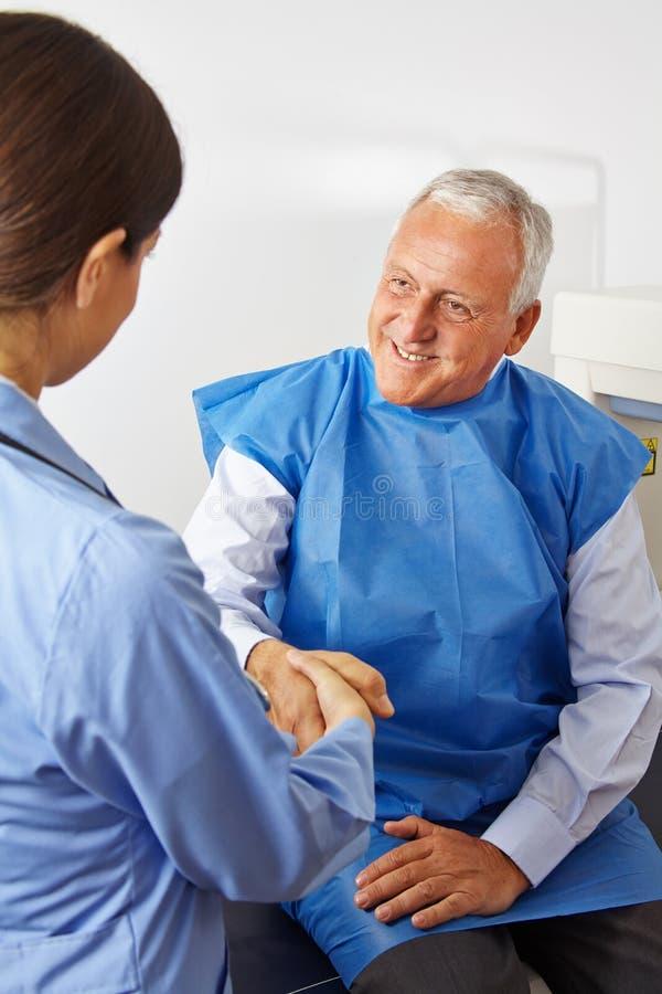 Starsza cierpliwa chwianie ręka lekarka zdjęcie royalty free
