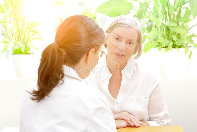 Starsza cierpliwa ordynacyjna kobiety lekarka zdjęcie stock