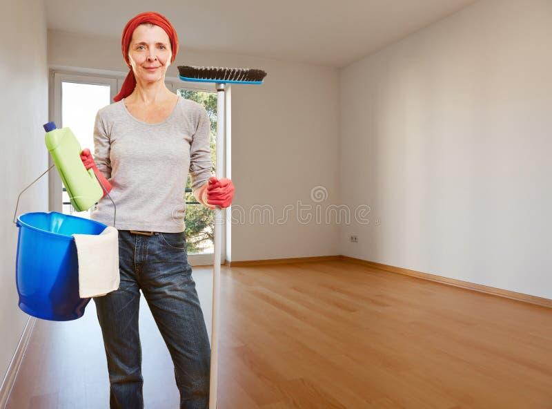 Starsza cleaning dama w pustym zdjęcia royalty free