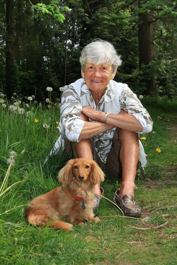 Starsza dama i pies zdjęcie royalty free