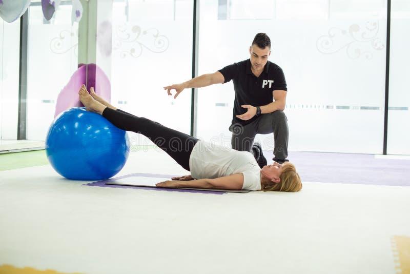 Starsza dama ma balowego trening w gym zdjęcie royalty free