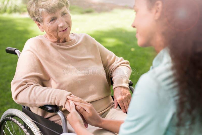 Starsza dama na wózku inwalidzkim obraz stock