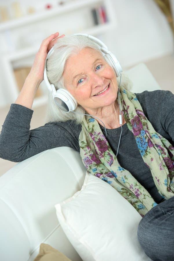 Starsza dama słucha muzyka obrazy royalty free