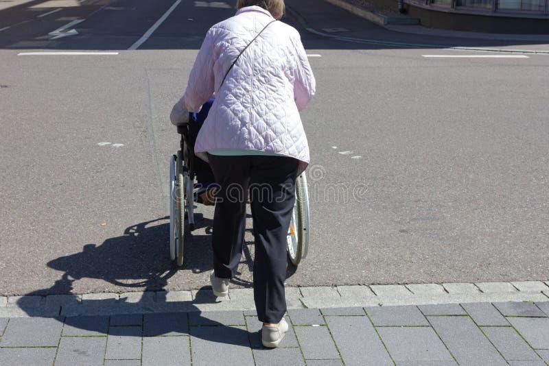 starsza dama wózka inwalidzkiego pomoc zdjęcia royalty free