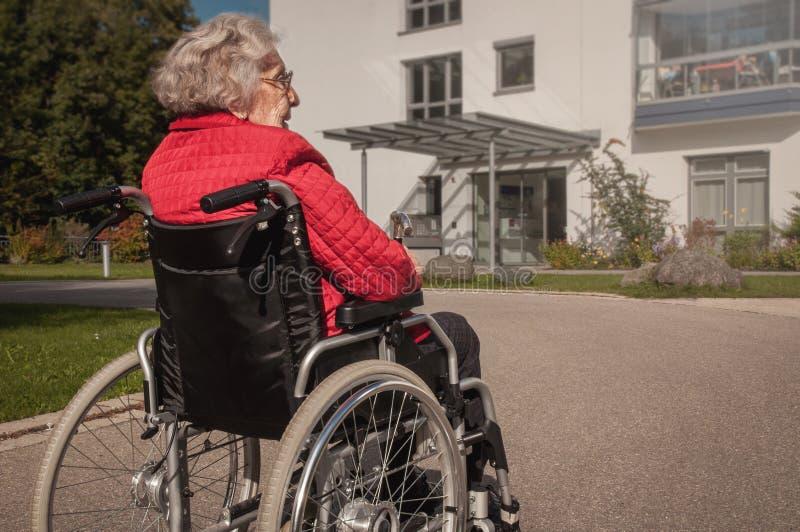Starsza dama w koła krześle obraz stock