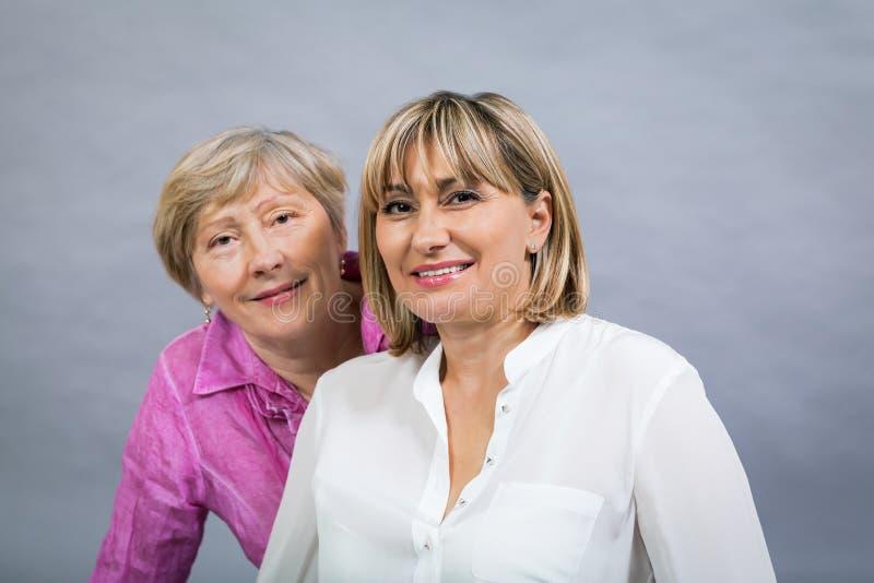 Starsza dama z jej w średnim wieku córką zdjęcia royalty free