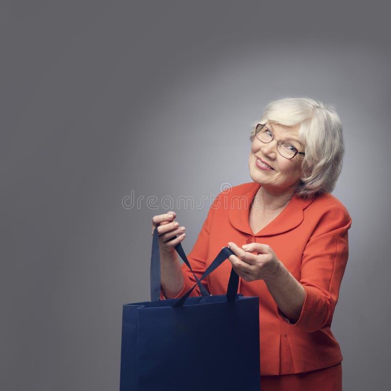 Starsza dama z torba na zakupy obrazy stock