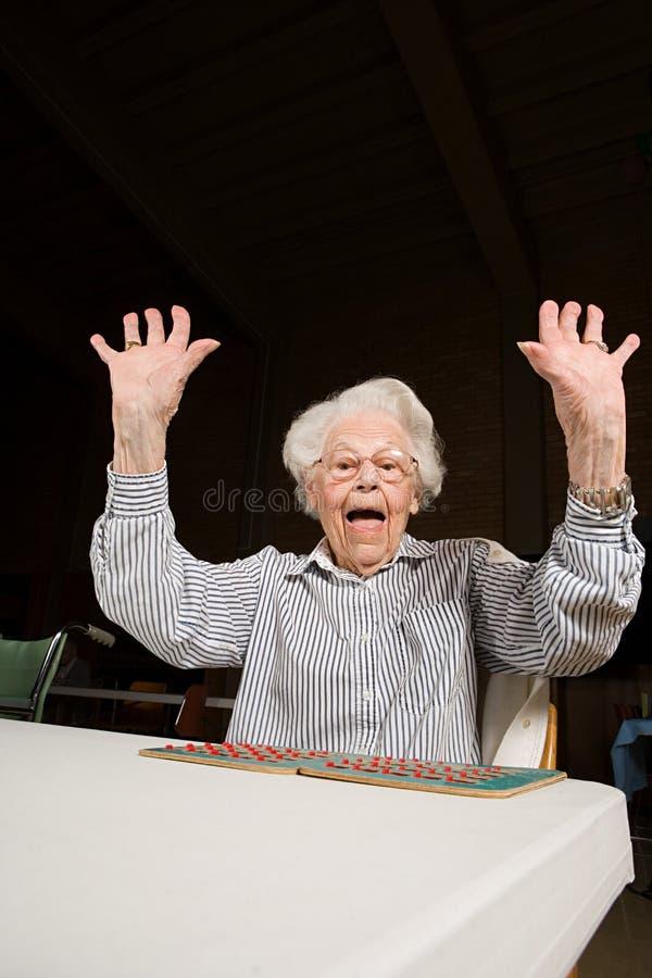 Starsza kobieta bawić się bingo obraz stock