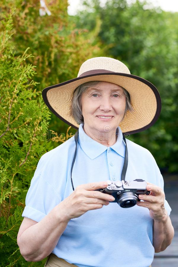 Starsza kobieta Bierze obrazki na wakacje obraz royalty free