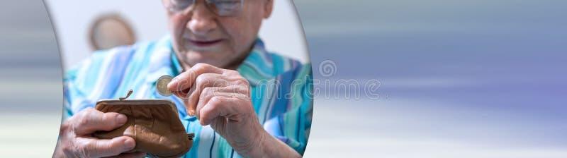 Starsza kobieta bierze out monet? od jej portfla sztandar panoramiczny zdjęcia stock