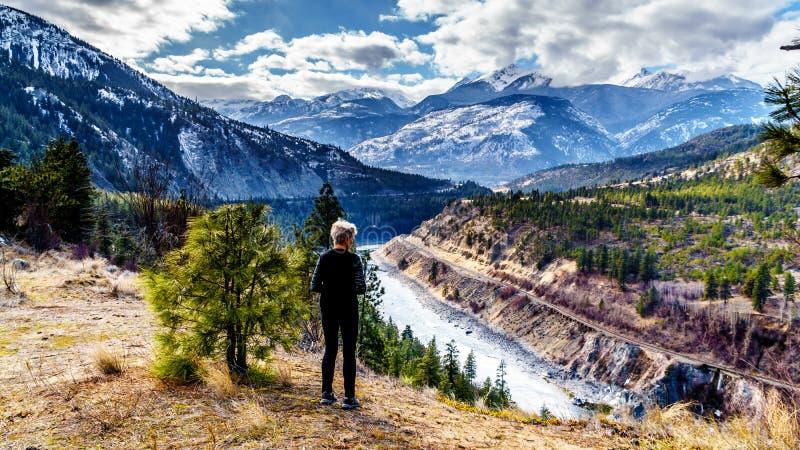 Starsza kobieta cieszy się widok Fraser jaru trasa podąża Thompson rzekę gdy ono płynie przez Nabrzeżnej góry obrazy stock
