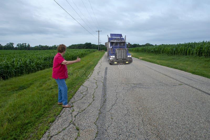 Starsza Starsza kobieta Hitchhiking, Gubjący zdjęcia stock