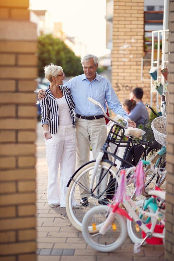 Starsza kobieta i mężczyzna kupuje nowego bicykl w roweru sklepie zdjęcia royalty free