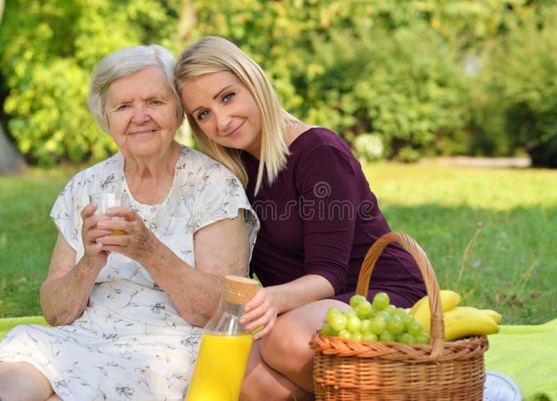 Starsza kobieta i młoda kobieta L zdjęcia stock