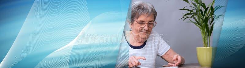 Starsza kobieta i nowe technologie sztandar panoramiczny fotografia royalty free