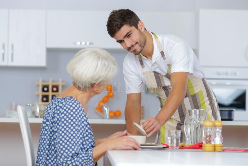 Starsza kobieta i opiekun jest w dobrym humorze zdjęcie royalty free