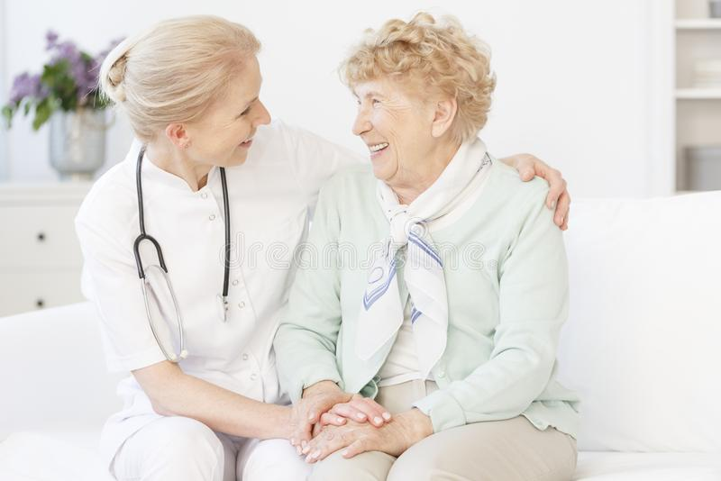 Starsza kobieta i szczęśliwa lekarka obrazy stock