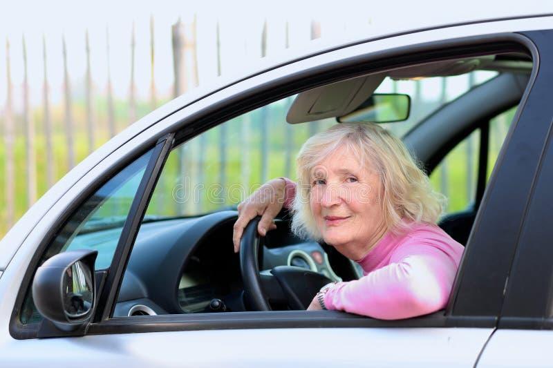 Starsza kobieta jedzie samochód obrazy royalty free
