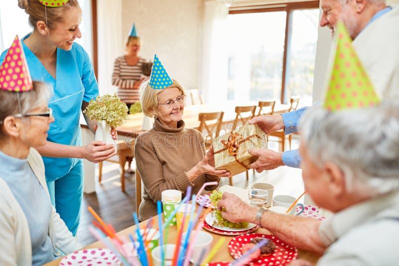 Starsza kobieta jest szczęśliwa o prezencie zdjęcia royalty free