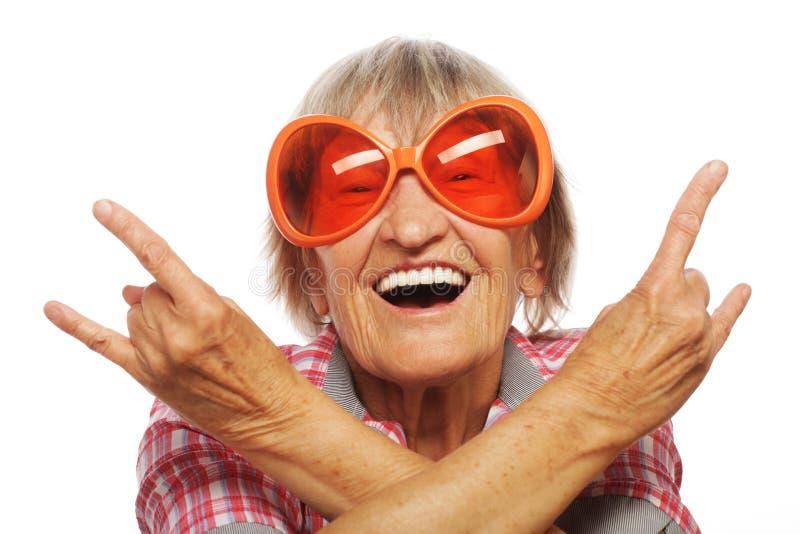 Starsza kobieta jest ubranym dużych okulary przeciwsłonecznych obrazy royalty free